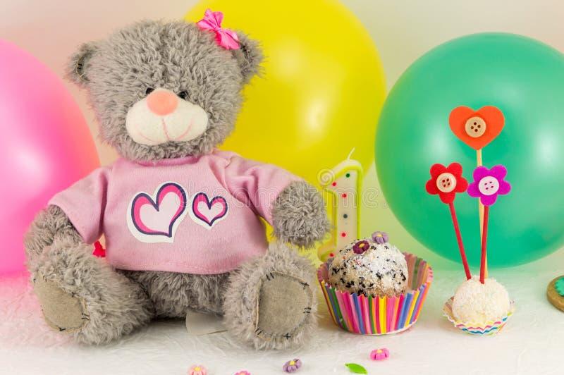 与蛋糕和气球的第一次生日庆祝 免版税库存图片
