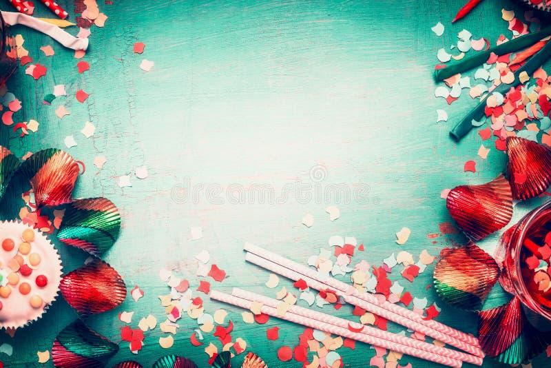 与蛋糕和装饰,顶视图的可爱的生日问候背景 免版税库存照片