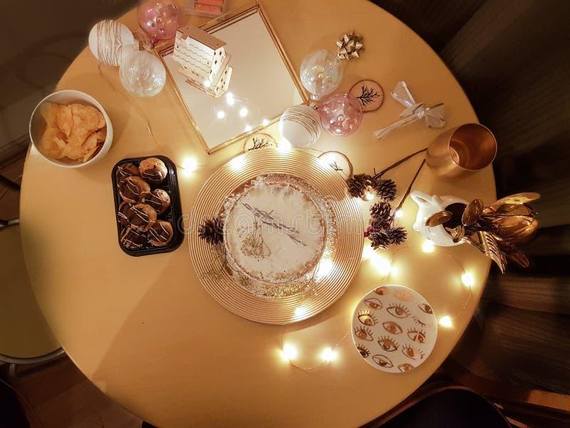 与蛋糕,profiteroles的圣诞节主题的沙漠桌和其他 库存照片