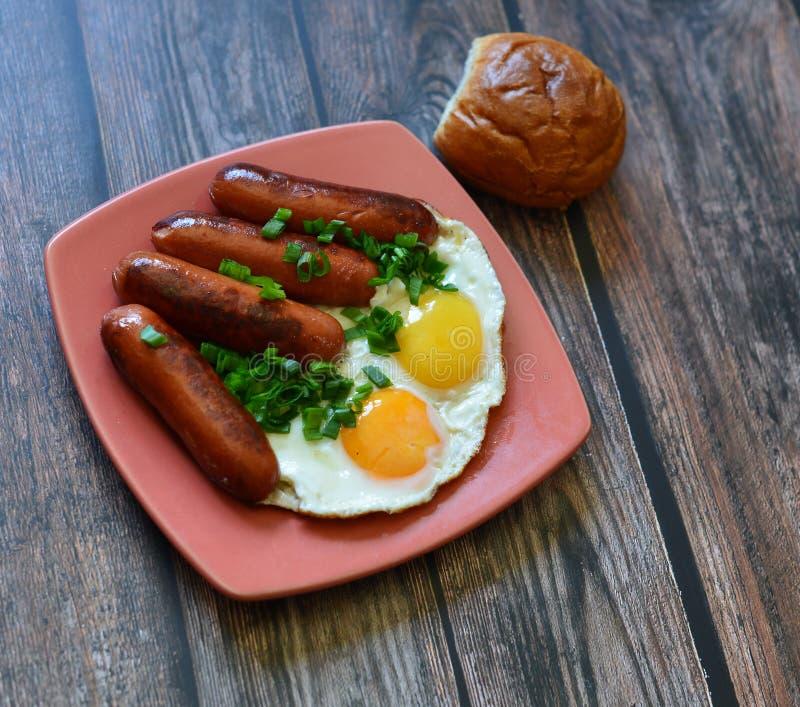 与蛋香肠面包菜的美国早餐 免版税图库摄影