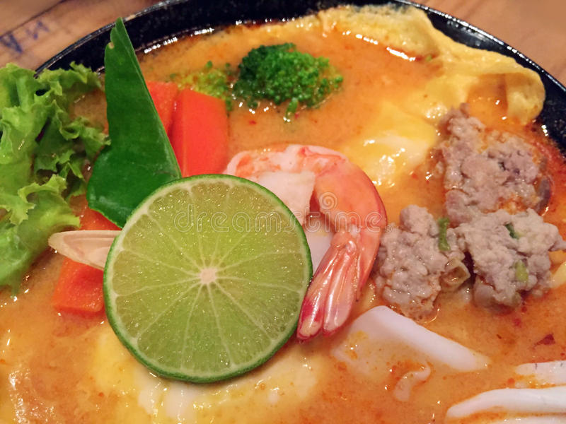 与蛋omel的汤姆koong虾辣泰国咖喱柠檬汤 免版税库存图片