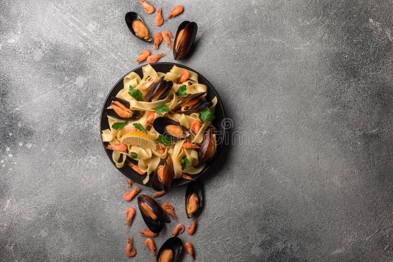 与蛤蜊意粉alle Vongole的传统意大利海鲜面团在石背景用虾和淡菜 库存照片