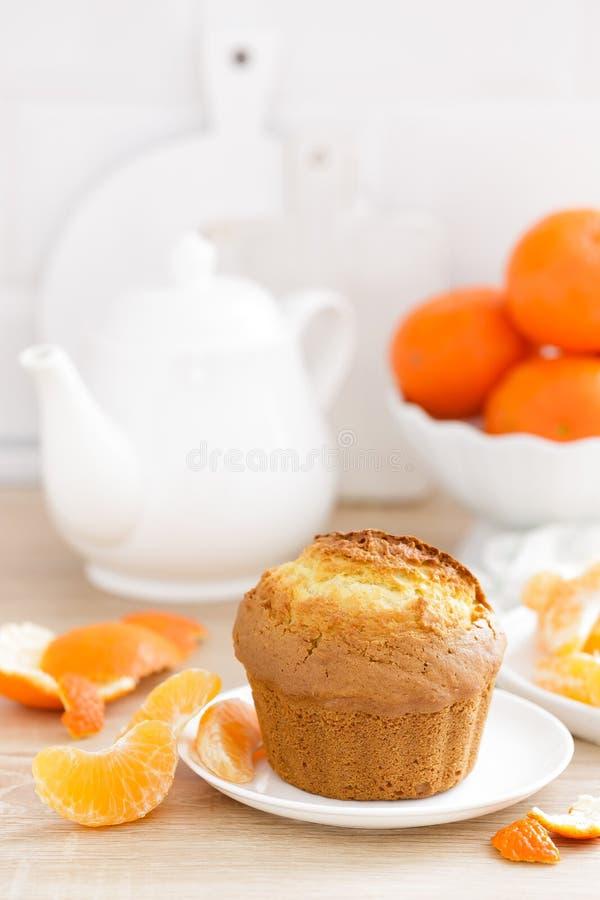 与蜜桔特写镜头的松饼在白色背景 甜可口自创烘烤 奶油被装载的饼干 免版税库存照片