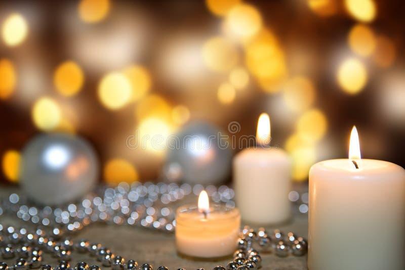 与蜡烛、珍珠和圣诞节球的欢乐贺卡 免版税库存图片