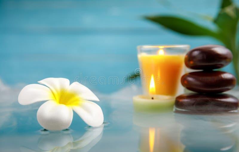 与蜡烛、石头、花和竹子的温泉概念 库存图片