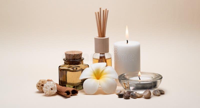 与蜡烛、赤素馨花花、油烧瓶和其他装饰元素的美好的温泉构成 库存照片
