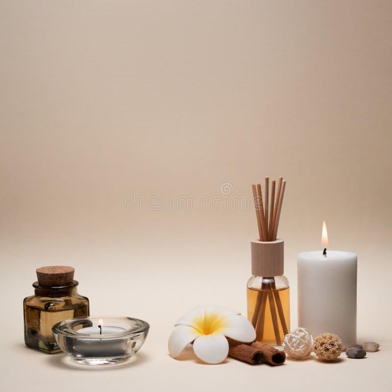 与蜡烛、赤素馨花花、油烧瓶和其他装饰元素的美好的温泉构成 图库摄影
