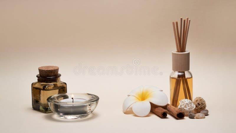 与蜡烛、赤素馨花花、油烧瓶和其他装饰元素的美好的温泉构成 免版税图库摄影