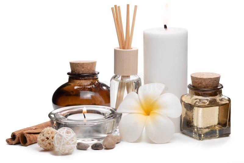 与蜡烛、赤素馨花花、油烧瓶和其他装饰元素的美好的温泉构成 库存图片