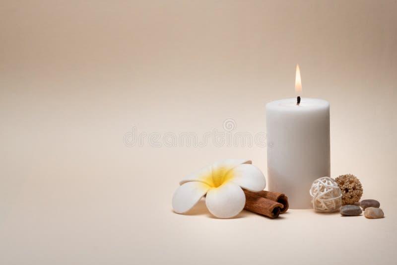 与蜡烛、赤素馨花花和其他装饰元素的美好的温泉构成 免版税库存照片