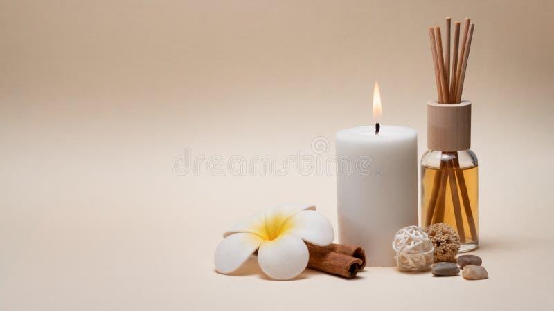 与蜡烛、赤素馨花花和其他装饰元素的美好的温泉构成 库存图片