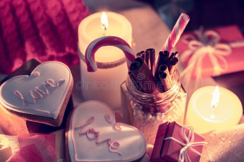 与蜡烛、镶边棒棒糖和姜snapr圣诞节的舒适冬天 库存图片