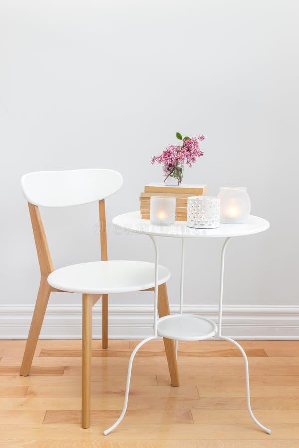 与蜡烛光和花的典雅的家庭装饰 免版税库存图片