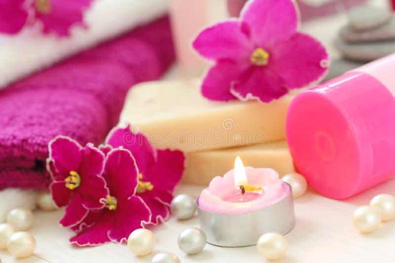 与蜡烛和新紫罗兰的温泉设置 库存照片