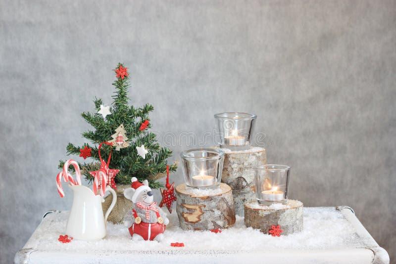 与蜡烛和树的圣诞节灰色背景 免版税库存照片