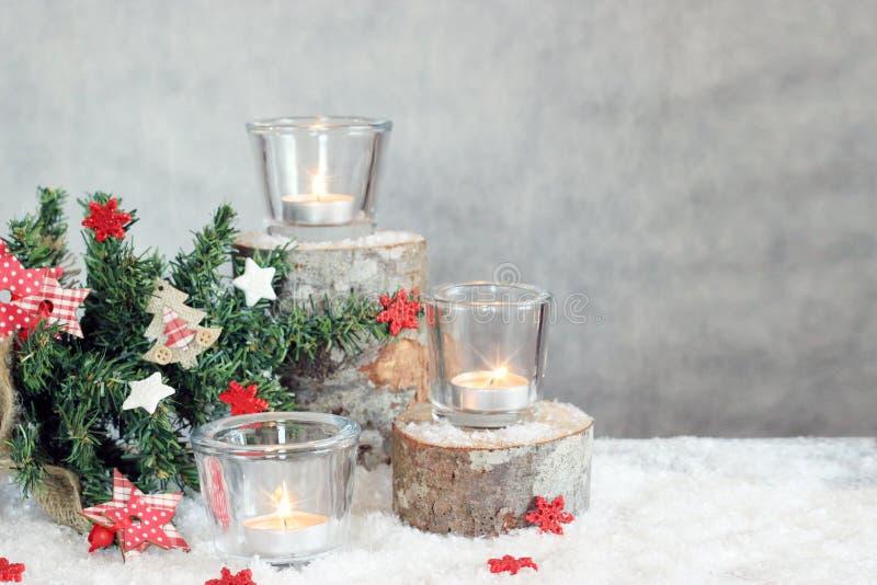 与蜡烛和树的圣诞节灰色背景 免版税图库摄影