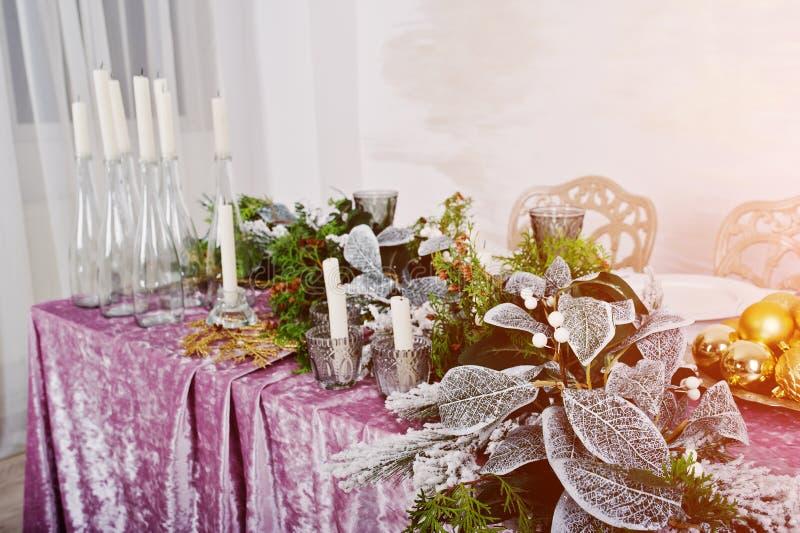 与蜡烛和装饰的表 愉快的寒假概念 库存照片