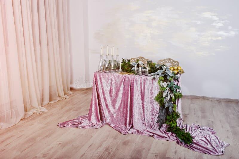 与蜡烛和装饰的表 愉快的寒假概念 图库摄影