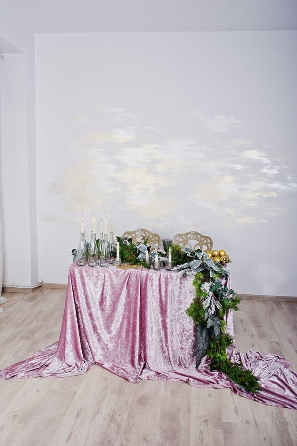 与蜡烛和装饰的表 愉快的寒假概念 免版税库存照片