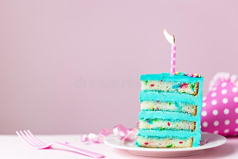 与蜡烛的五颜六色的生日蛋糕切片 免版税库存图片