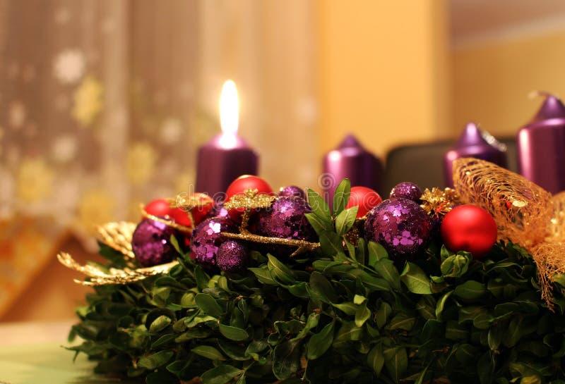 与蜡烛的出现花圈当圣诞节标志 库存照片