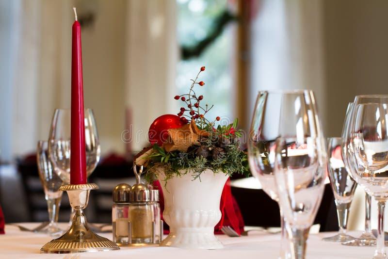 与蜡烛的圣诞节桌安排 库存照片