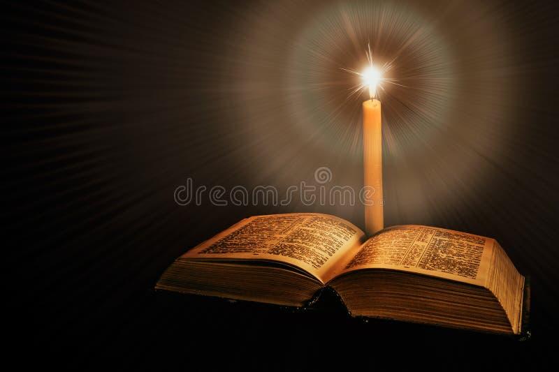 与蜡烛的圣经 免版税图库摄影