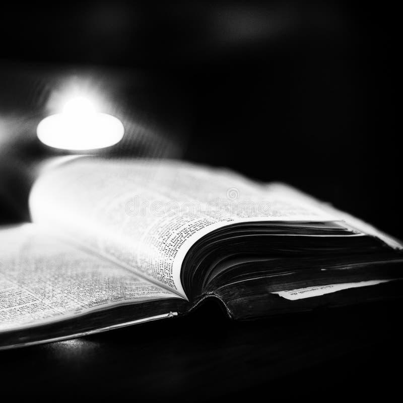 Download 与蜡烛的圣经 库存照片. 图片 包括有 黑暗, 公用, 钉书匠, 天主教, 宽容, 新教, 信念, 宗教信仰 - 62537780