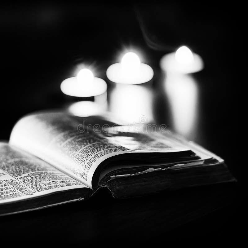 Download 与蜡烛的圣经 库存图片. 图片 包括有 信仰, 公用, 宗教信仰, 天主教, 相信, 钉书匠, 蜡烛, 圣洁 - 62537781
