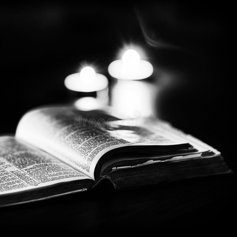 Download 与蜡烛的圣经 库存图片. 图片 包括有 耶稣, 祈祷, 天主教, 信仰, 教会, 新教, 蜡烛, 投反对票 - 62537933