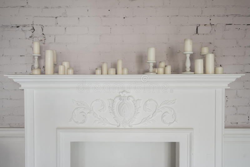 与蜡烛的壁炉美丽的装饰在舒适的客厅 库存图片
