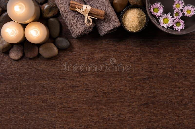 与蜡烛的温泉设置在木头 免版税库存照片