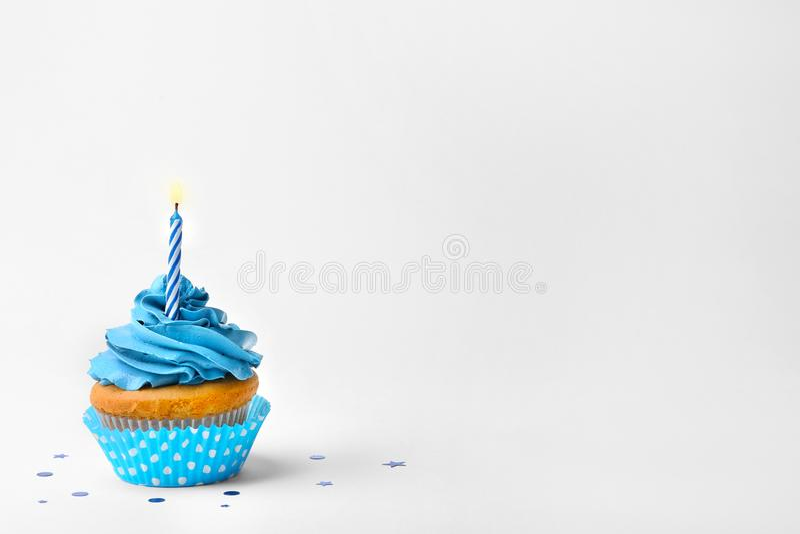 与蜡烛的生日杯形蛋糕 免版税库存照片