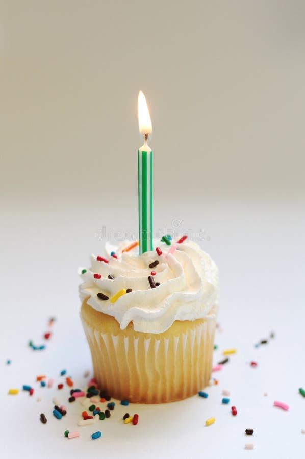 与蜡烛的生日杯形蛋糕 免版税库存图片