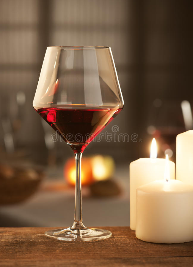 与蜡烛的红葡萄酒 库存照片