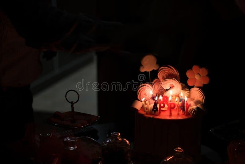 与蜡烛装饰的2岁生日蛋糕 免版税库存照片