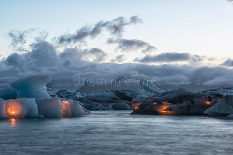 与蜡烛, Jokulsarlon在每年烟花展示前的冰盐水湖,冰岛的冰山 库存照片
