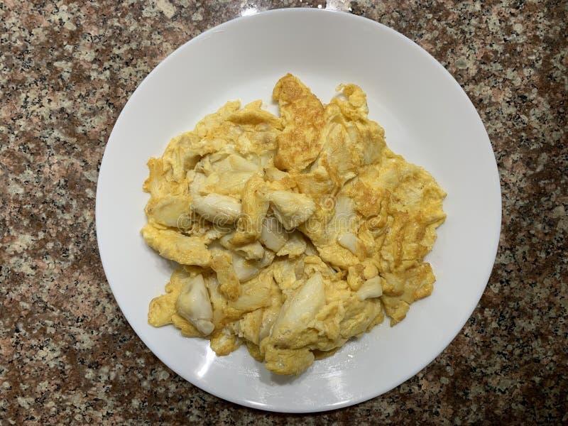 与螃蟹的鲜美泰国样式煎蛋卷在白色盘 免版税库存图片