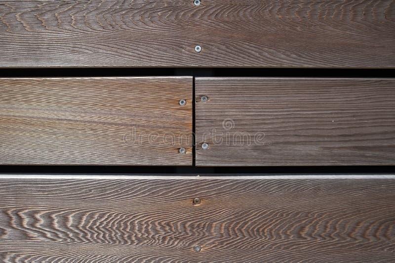 与螺丝的布朗木板条纹理 免版税库存照片