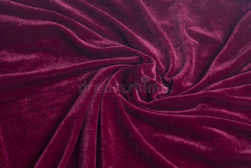 与螺旋折叠的红色天鹅绒织品 免版税图库摄影