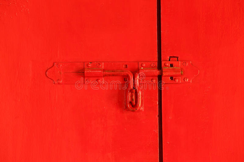 与螺栓的红色门 库存图片
