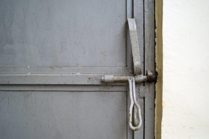 与螺栓锁的安全钢门 免版税库存图片