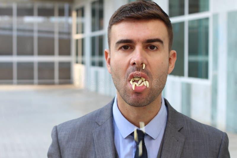与蠕虫的事务在嘴和鼻子里面 免版税库存图片