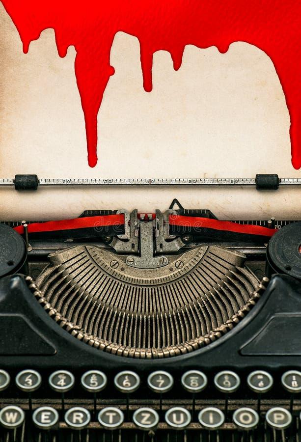 与血液的古色古香的打字机和纸板料 日历概念日期冷面万圣节愉快的藏品微型收割机说大镰刀身分 库存照片