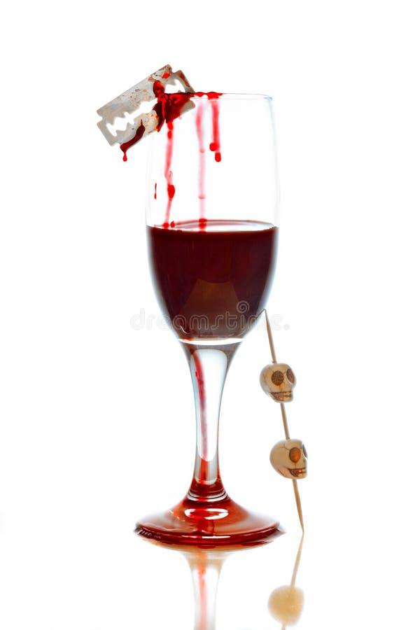 与血液的玻璃和头骨为万圣夜 免版税库存图片