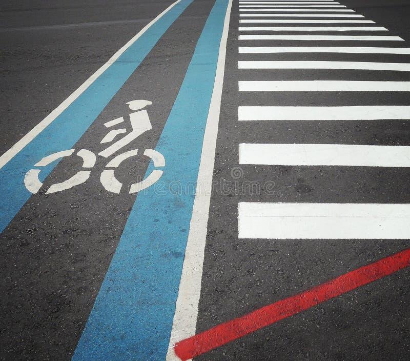 与行人穿越道一起骑自行车在蓝色的车道与骑自行车的人标志 库存图片