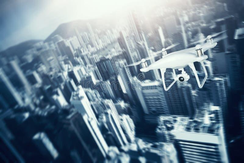 与行动照相机飞行天空的照片白色表面无光泽的普通设计遥控空气寄生虫在城市下 现代megapolis 皇族释放例证