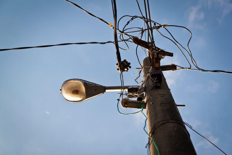 与街灯的导线杆 图库摄影