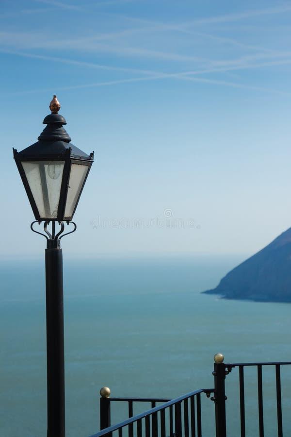 与街道灯笼和栏杆的海景 免版税库存照片