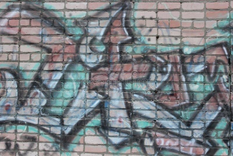 与街道画的老砖墙 免版税图库摄影